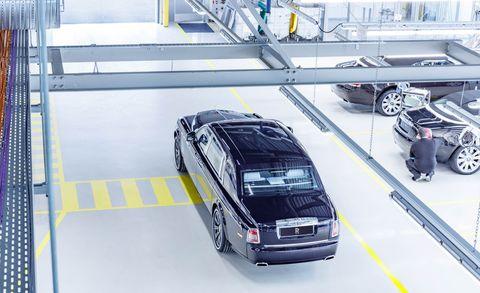 Motor vehicle, Automotive design, Mode of transport, Automotive tire, Vehicle, Automotive exterior, Automotive parking light, Automotive lighting, Rim, Grille,