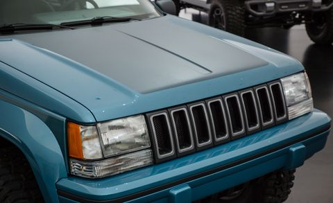 Land vehicle, Car, Hood, Vehicle, Motor vehicle, Grille, Automotive exterior, Bumper, Automotive tire, Sport utility vehicle,