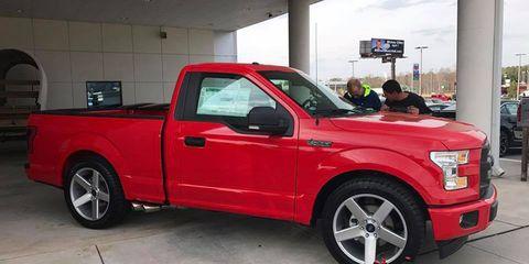 Land vehicle, Vehicle, Car, Motor vehicle, Pickup truck, Automotive tire, Tire, Rim, Truck, Alloy wheel,