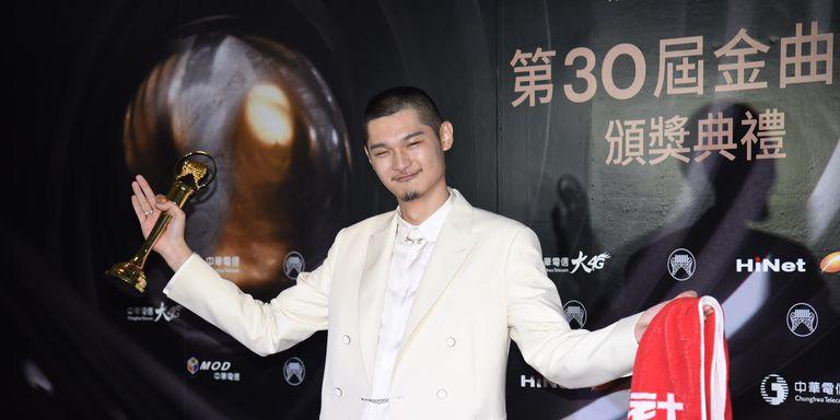 【金曲30】嘻哈歌手Leo王打敗李榮浩爆冷奪下歌王寶座!「大學沒畢業好像很不孝,但是媽我拿金曲歌王了」