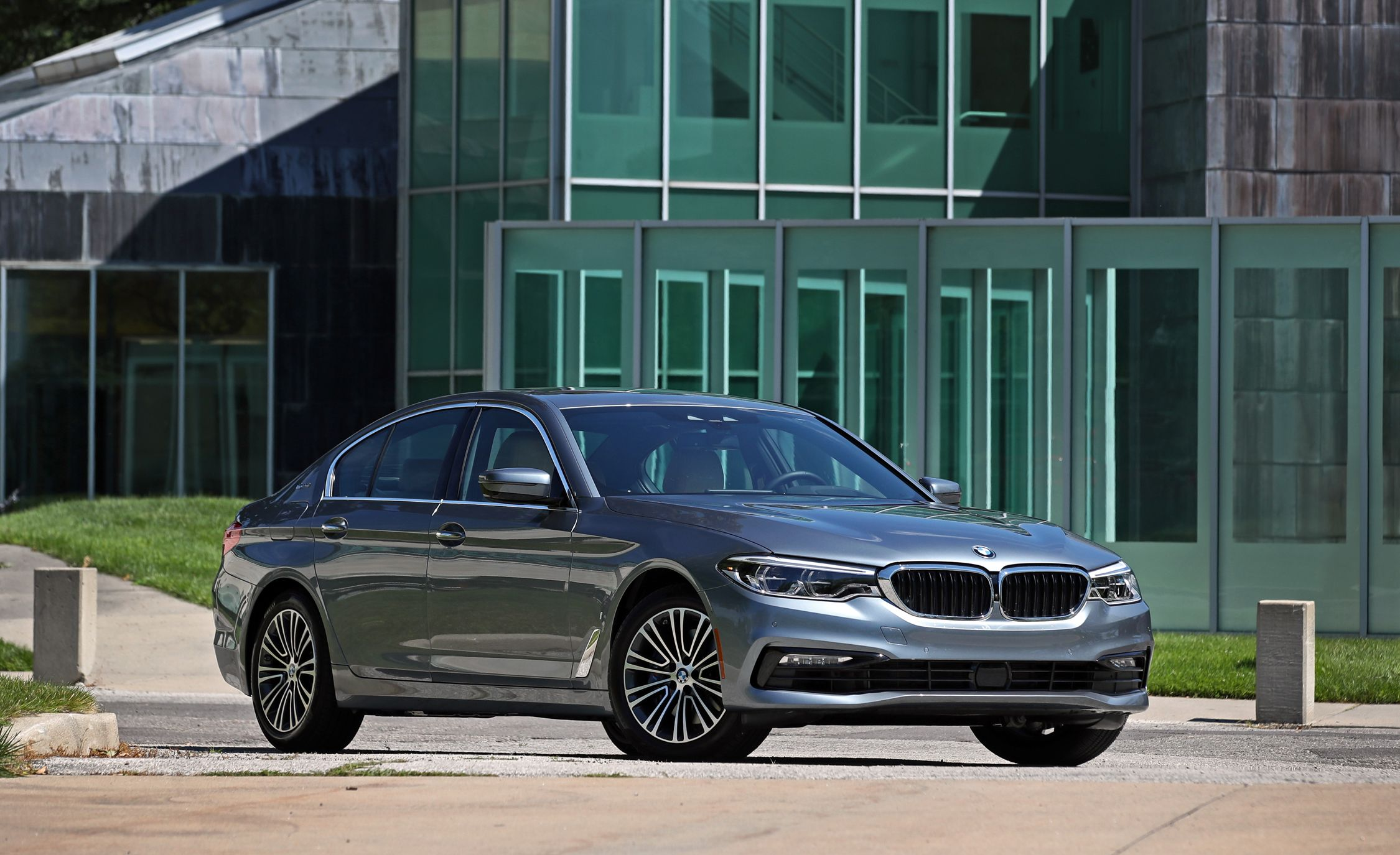 BMW 5 Series: Storage compartments in the cargo area