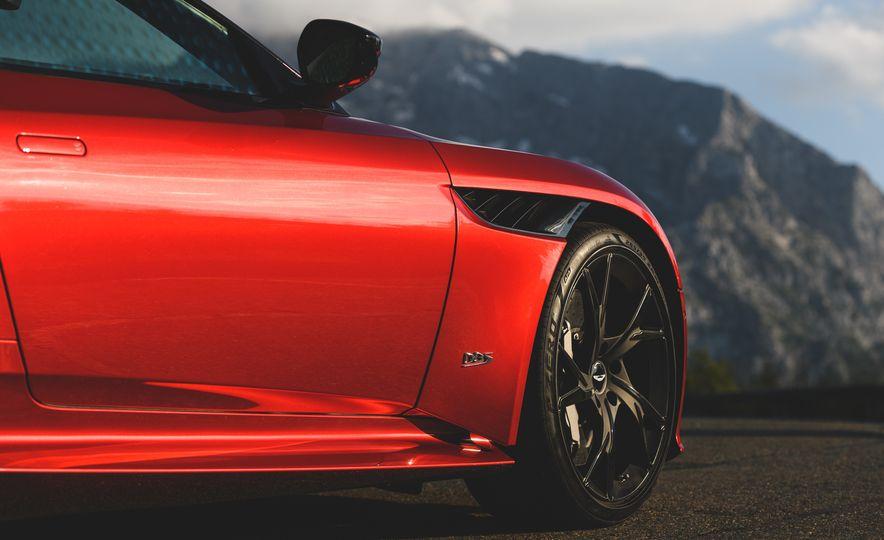2019 Aston Martin DBS Superleggera - Slide 30