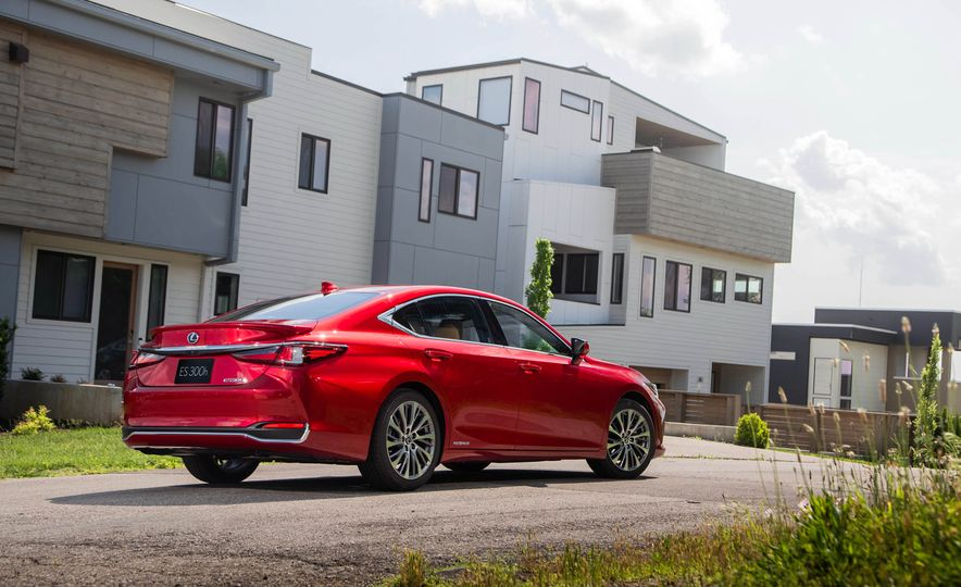 2019 Lexus ES300h - Slide 9