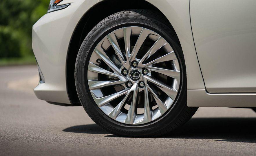 2019 Lexus ES300h - Slide 41