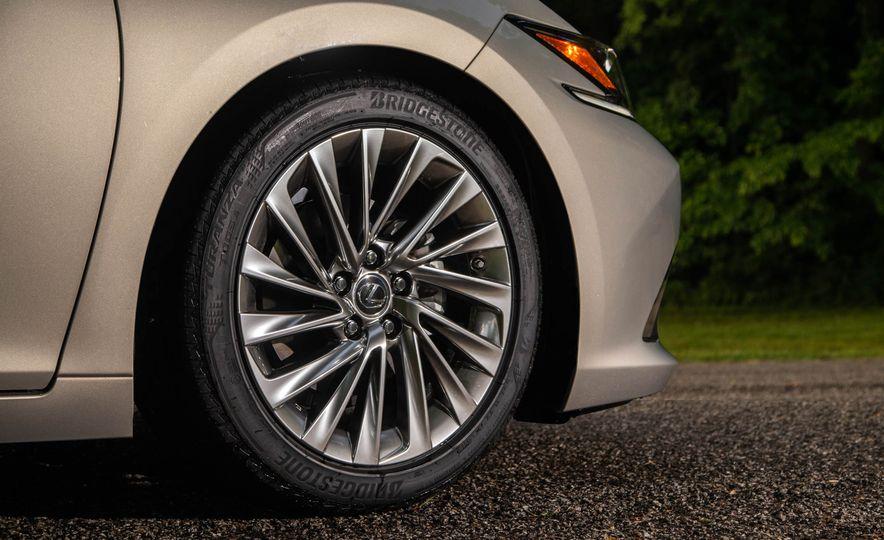 2019 Lexus ES300h - Slide 42