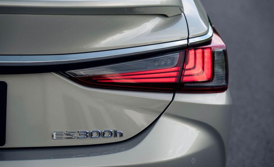 2019 Lexus ES300h - Slide 43
