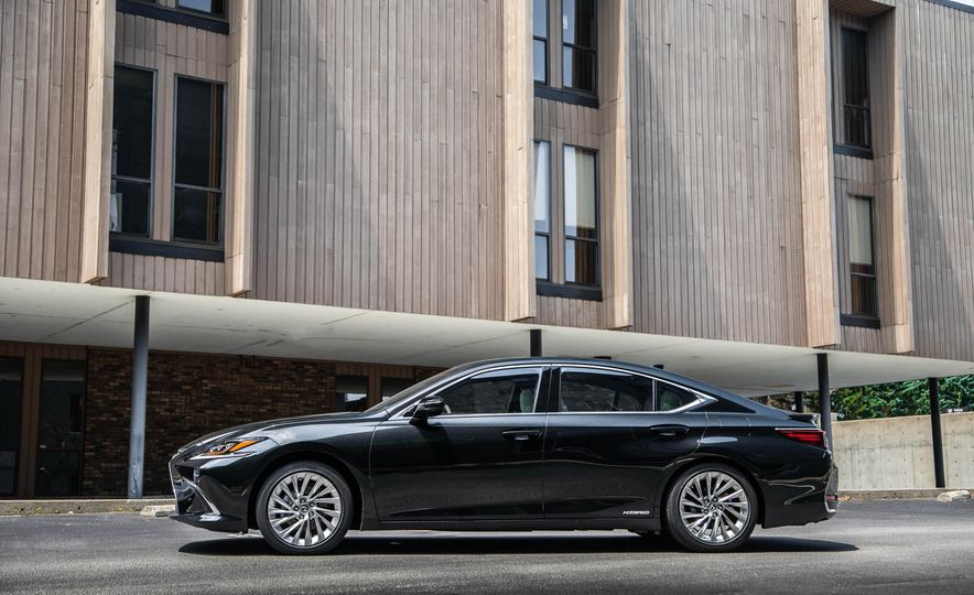 2019 Lexus ES300h - Slide 62