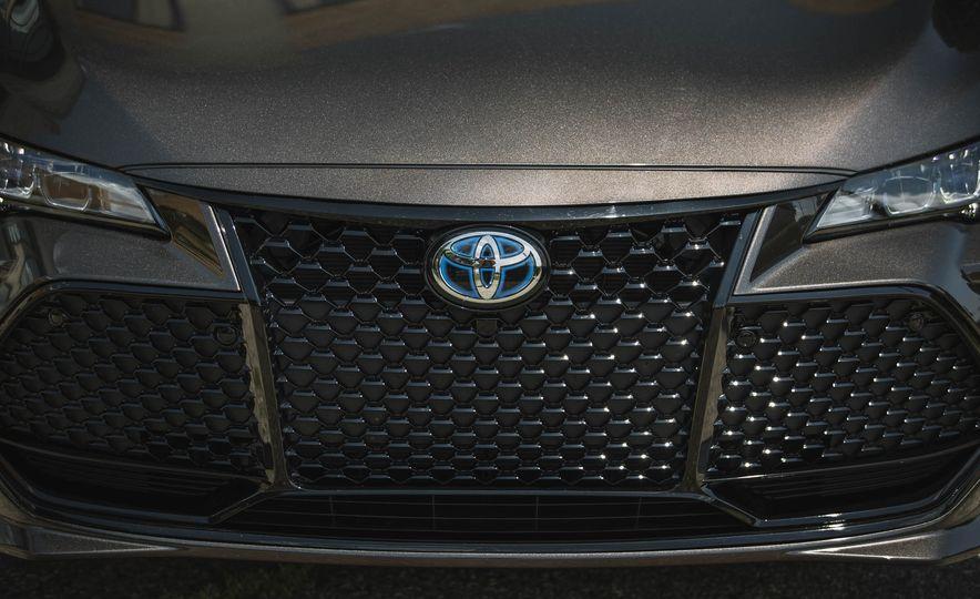 2019 Toyota Avalon XSE Hybrid - Slide 16
