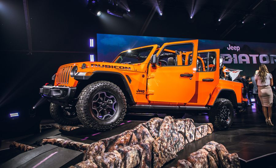 Caranddriver 2020 Jeep Gladiator Jt Pickup Scrambles To The Front