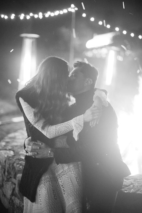 couple s'embrassant