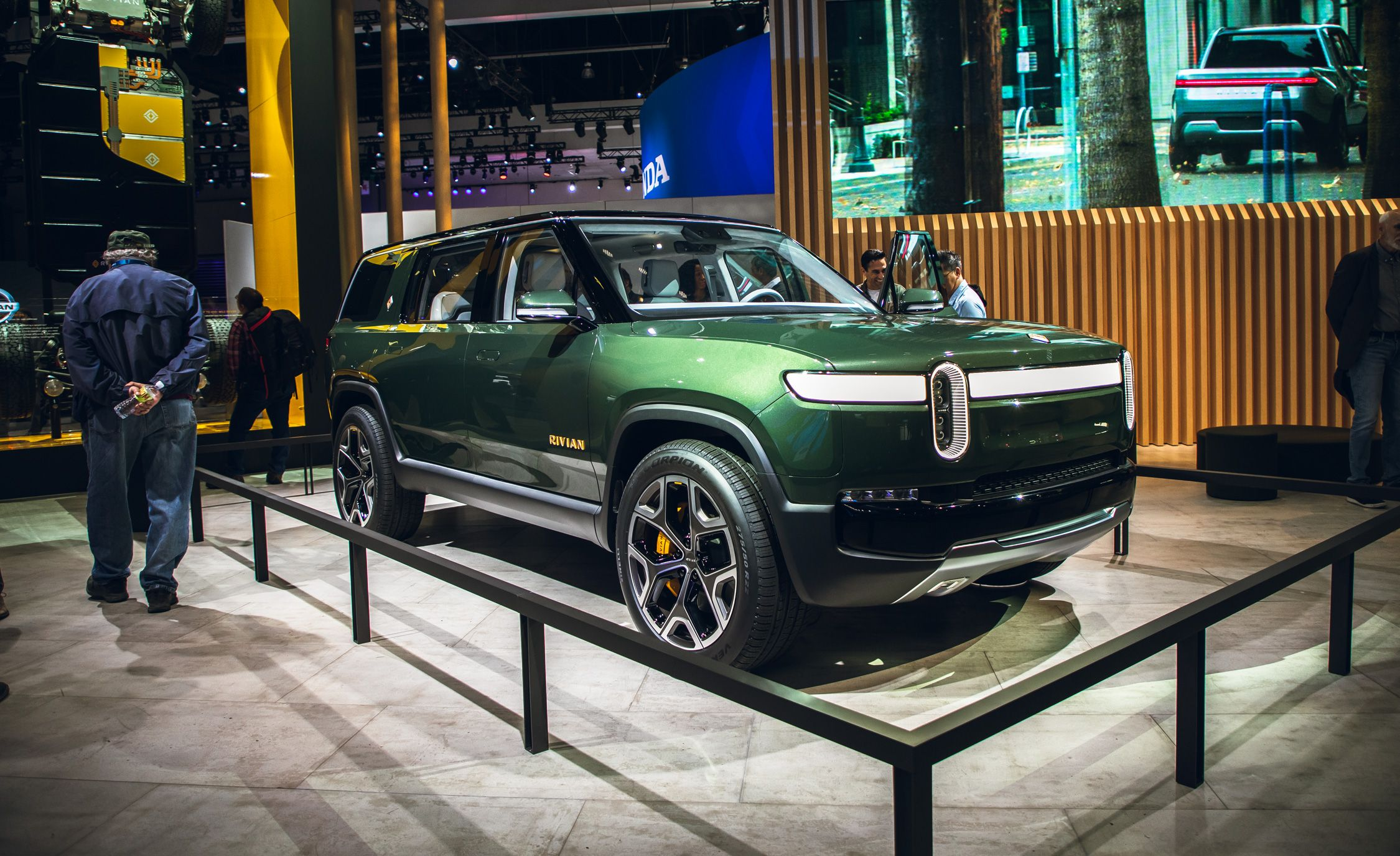 The 2021 Rivian R1S Is an Electric Seven-Passenger SUV Claiming Supercar Acceleration