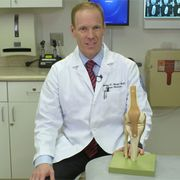Dr Metzl explaining arthritis with fake knee