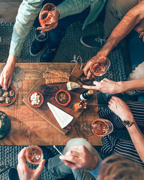amigos tomando el aperitivo