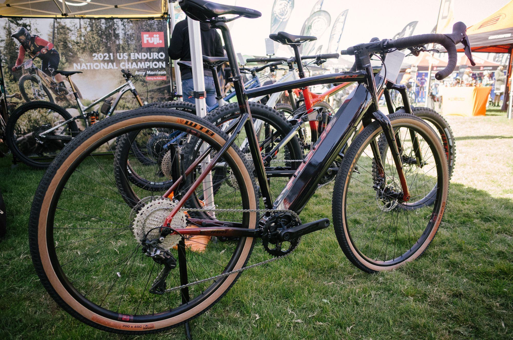 Trends collide! Fuji's E-Jari brings together gravel and e-bikes.