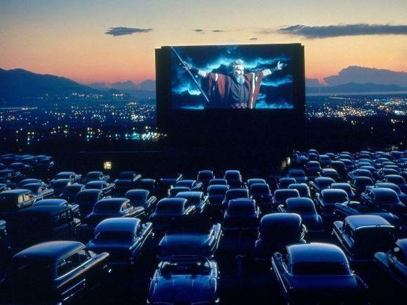 仏でコロナ禍で苦しむ映画業界を支援するドライブインシアターが発足