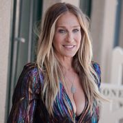 deauville, france   september 07  sarah jessica parker poses during the unveiling of his dedicated beach locker room on the promenade des planches during the 44th deauville us film festival  on september 7, 2018 in deauville, france  photo by francois g durandwireimage