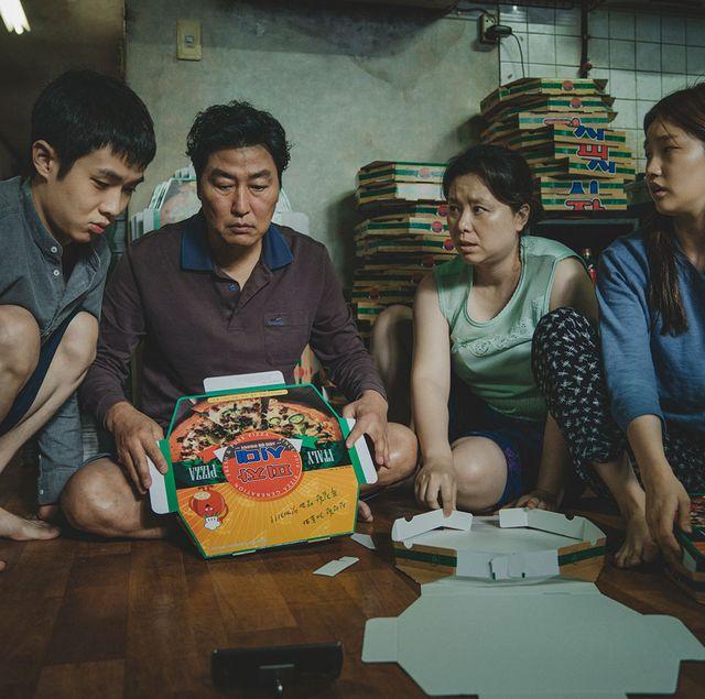 カンヌ国際映画祭で最高賞を、ゴールデン・グローブ賞で外国語作品賞を獲得した、韓国映画界の旗手ポン・ジュノ監督による衝撃作『パラサイト 半地下の家族』が、ついに1月10日(金)より全国公開に。そこで、今作に登場する韓国ならではの用語や場所、小ネタをここに解説。知っておくといっそう楽しめて、もう観た人もまた観たくなるかも? ネタバレもほぼナシなので、ご安心を。