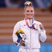 mykayla skinner holding her medal