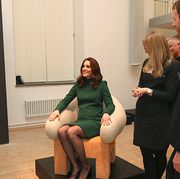 Conversation, Event, Leg, Sitting, Businessperson, Employment, Job, Thigh, White-collar worker, Gesture,