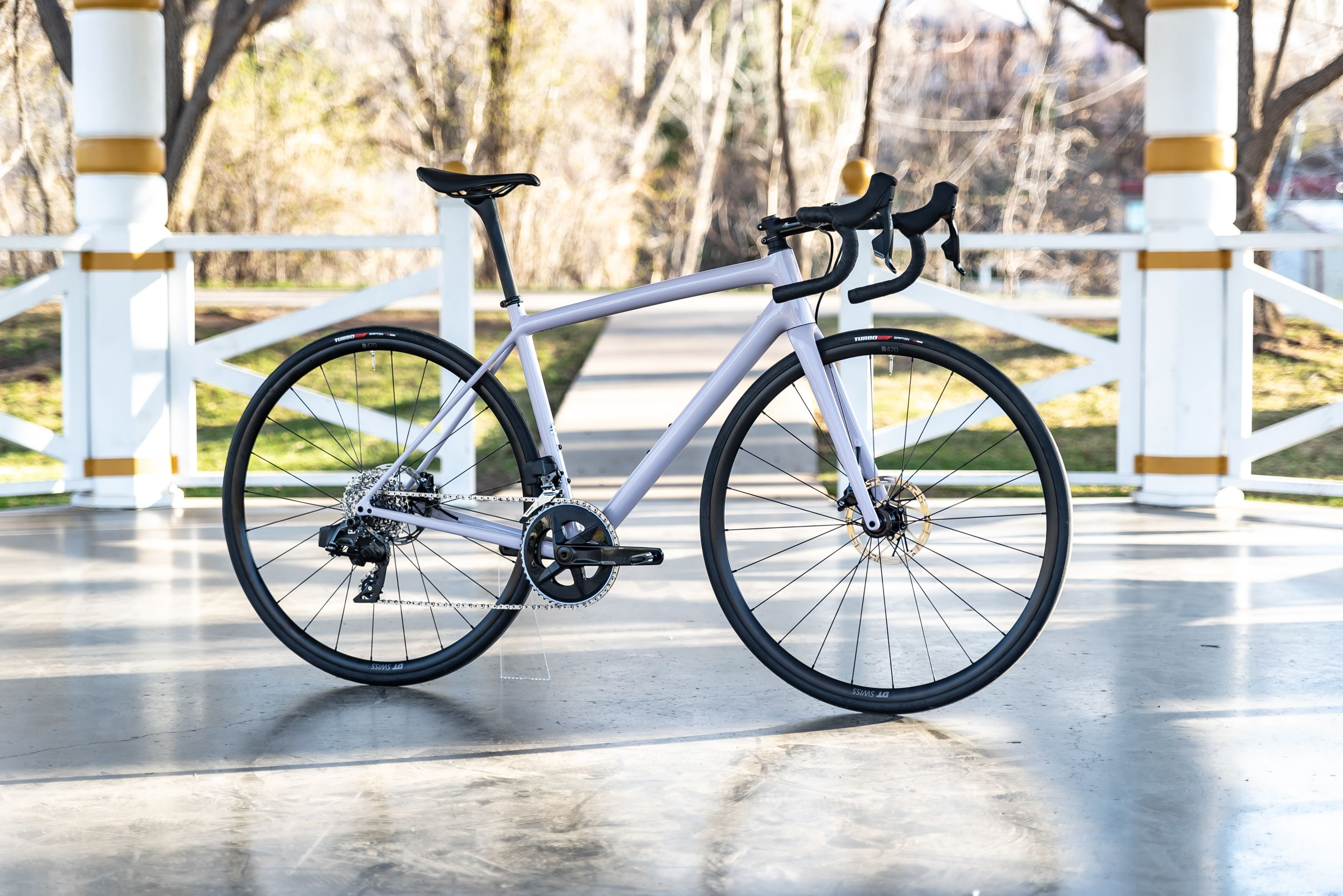 I rode Rival AXS on one of the new bikes arriving in shops today equipped with the group: A Specialized Aethos Comp Rival AXS.