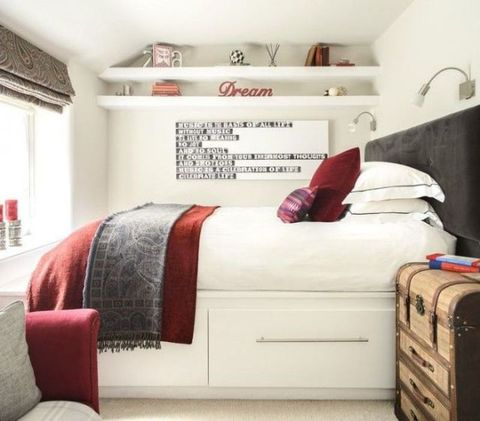 Room, Interior design, Bedding, Property, Textile, Bed, Wall, Bedroom, Red, Bed sheet,