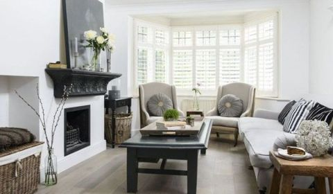 This shabby chic living room combines elegance and comfort