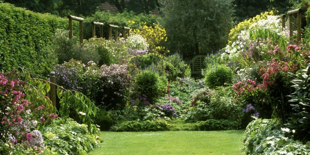 How to grow and english country garden for Country home landscape design