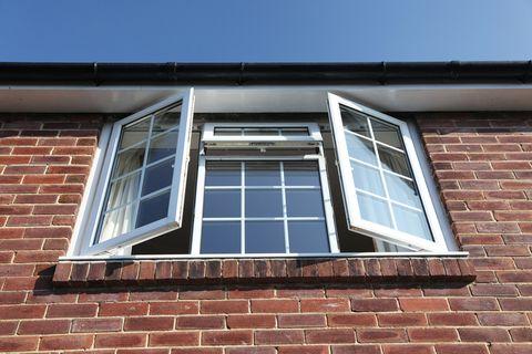 Открытое окно с двойным остеклением, которое можно использовать для кражи со взломом / безопасности или улучшения дома.