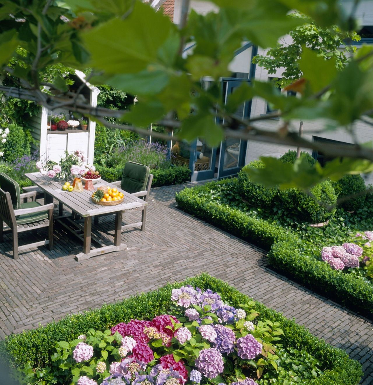 Overhead view of a pretty courtyard garden & Courtyard gardens: how to get the wow factor all year round