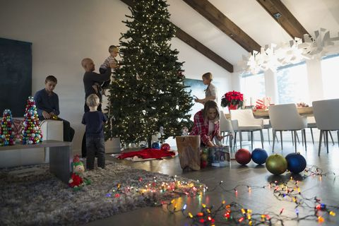 family decorating christmas tree in living room - How To Decorate A Designer Christmas Tree