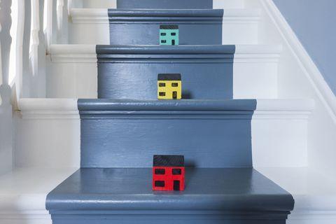 Escaliers peints en bleu et blanc