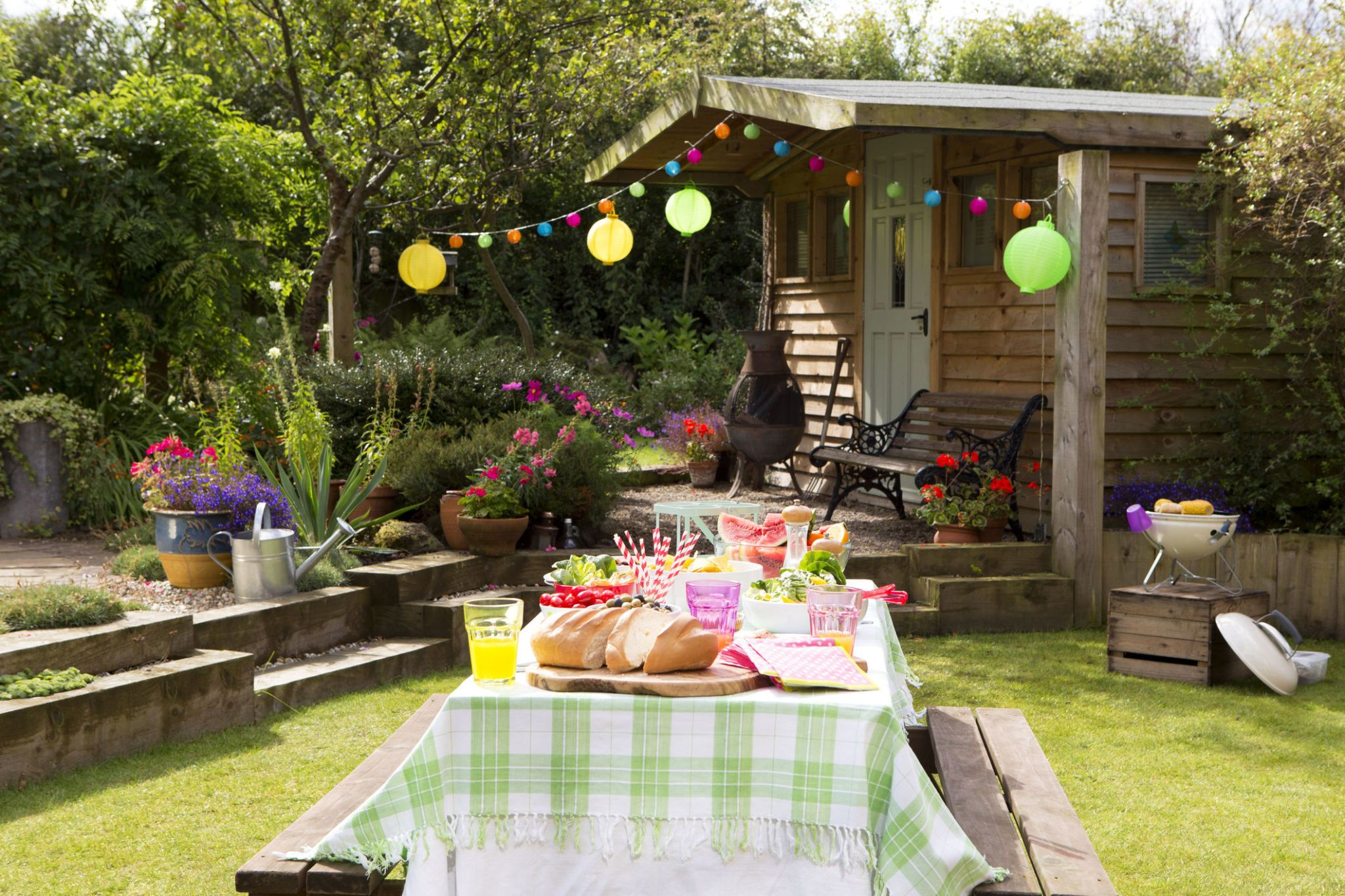 Superbe Garden Set Up Ready For A Barbecue