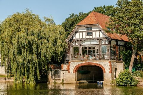 A Stunning Period Oxfordshire Boathouse Overlooking The