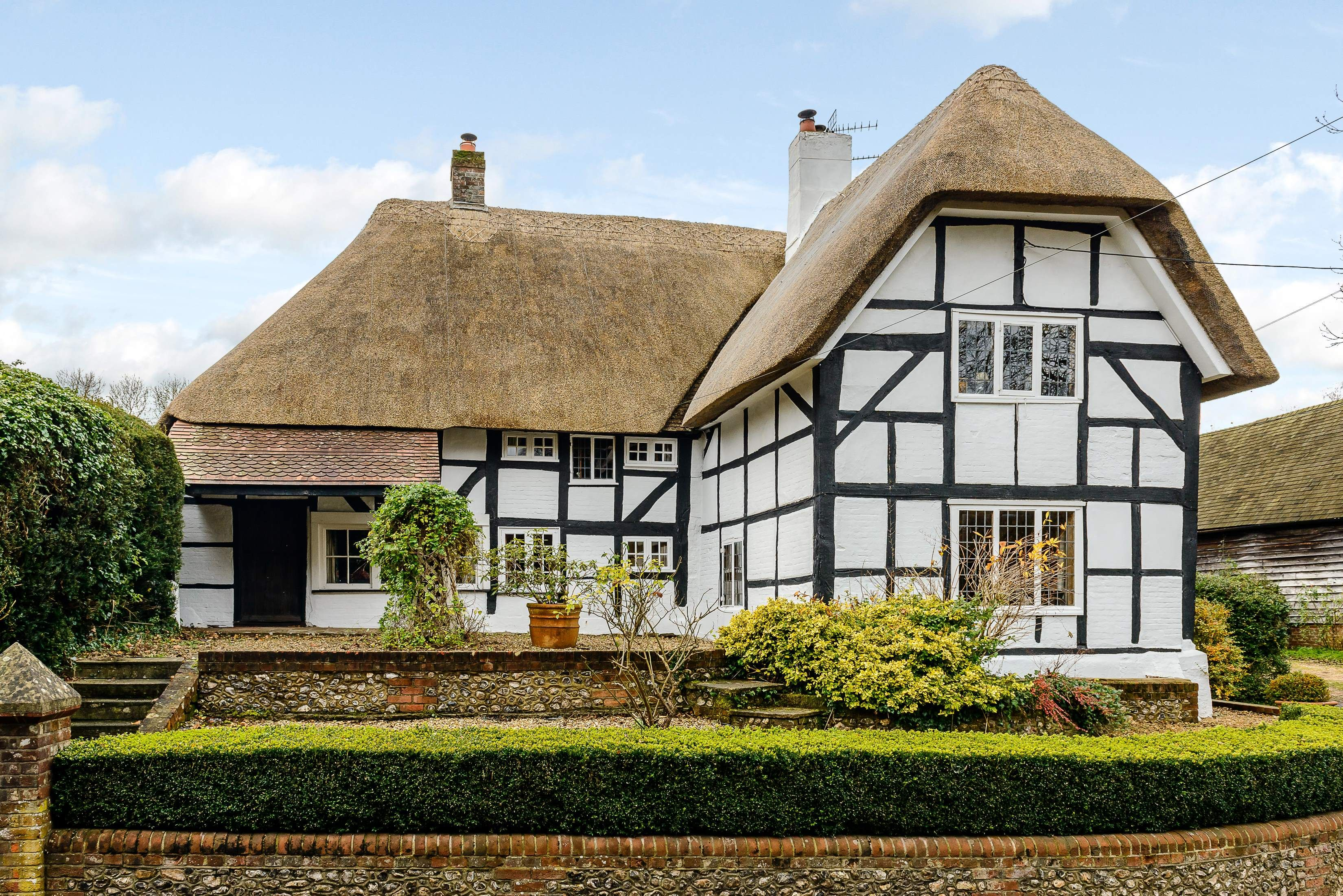400-year-old Thatched Cottage For Sale In Hampshire - Country Homes ...