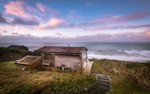 Fantastic This Glamorous Beach Hut Home In Cornwall Is Now Up For Sale Home Interior And Landscaping Palasignezvosmurscom