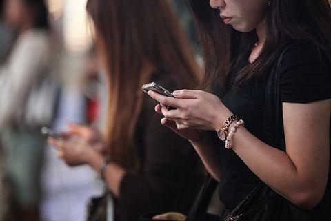Hair, Beauty, Hairstyle, Fashion, Lip, Street fashion, Gadget, Technology, Nail, Brown hair,