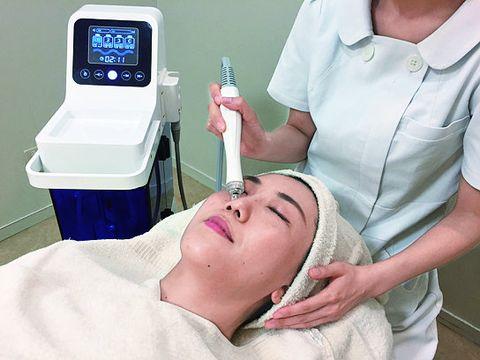 Medical procedure, Skin, Patient, Medical equipment, Hospital, Arm, Clinic, Shoulder, Service, Health care,
