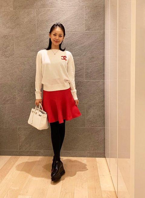 Clothing, White, Shoulder, Footwear, Fashion, Snapshot, Street fashion, Knee, Waist, Joint,
