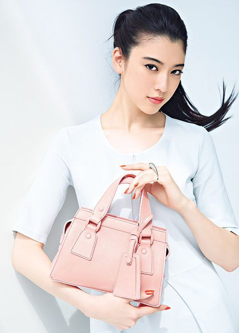 Ear, Product, Hairstyle, Sleeve, Shoulder, Textile, Bag, Joint, White, Red,