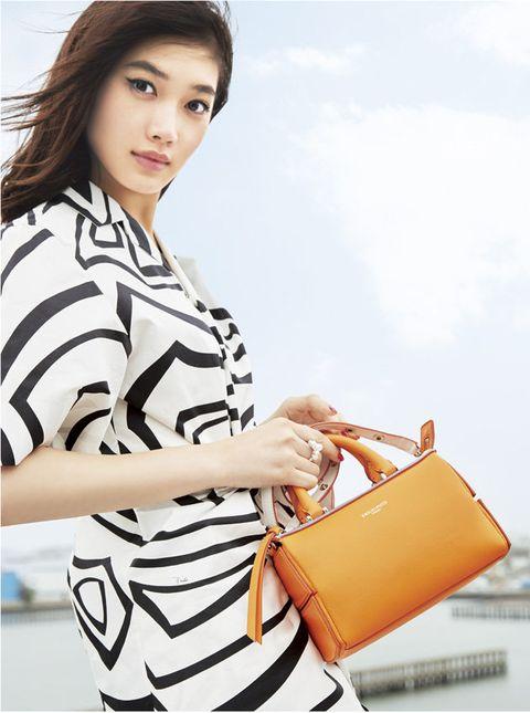 Sleeve, Shoulder, Bag, Beauty, Shoulder bag, Street fashion, Fashion, Luggage and bags, Black hair, Jewellery,
