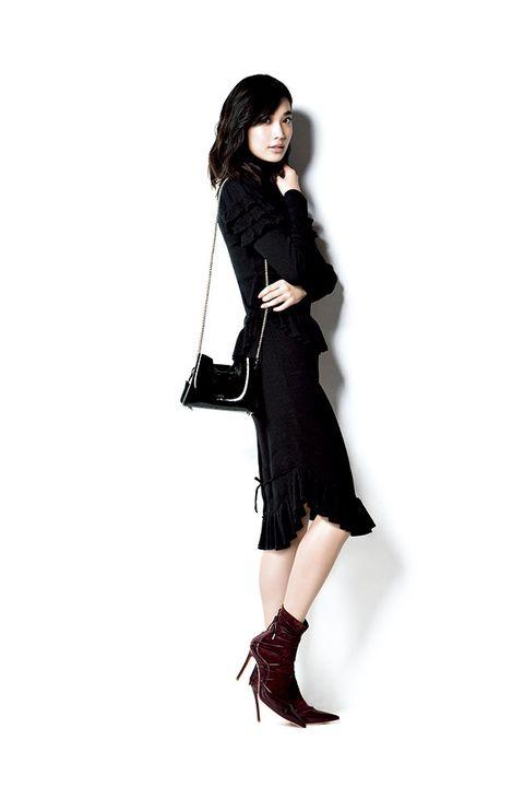 Clothing, Shoulder, Black, Footwear, Fashion model, Joint, Fur, Leg, Knee, Fashion,