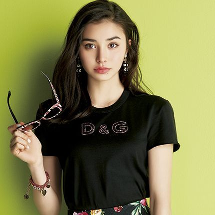 Clothing, Shoulder, Green, Beauty, Lip, Yellow, T-shirt, Neck, Sleeve, Joint,