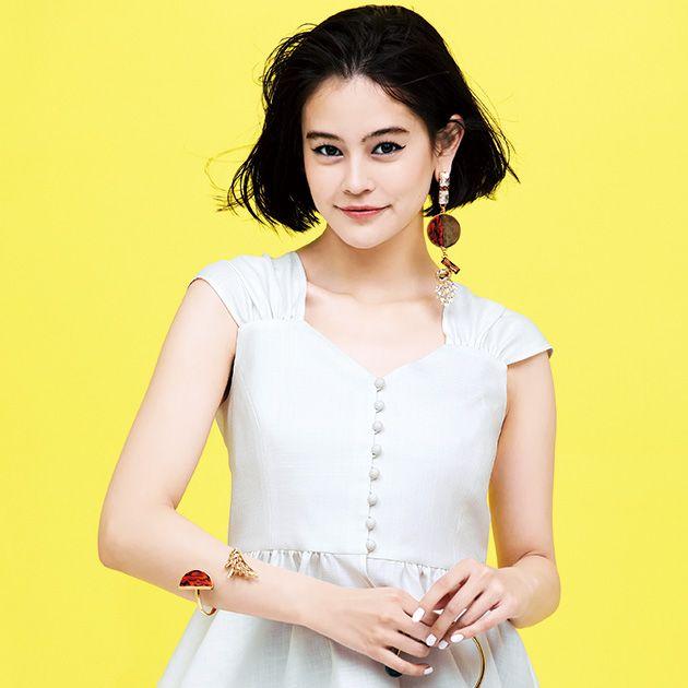 Clothing, White, Yellow, Waist, Fashion model, Neck, Sleeveless shirt, Outerwear, Sleeve, Blouse,
