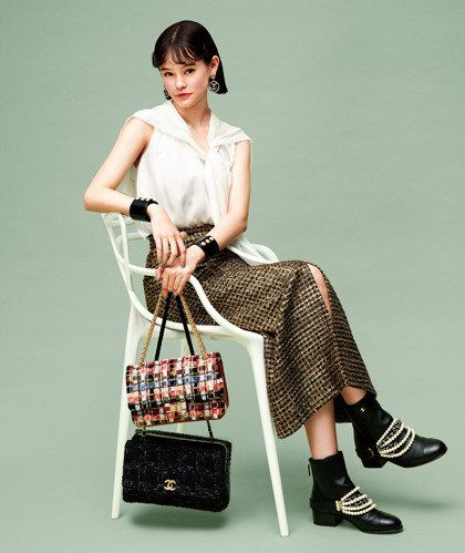 Shoulder, Fashion model, Bag, Fashion, Handbag, Design, Retro style, Fashion accessory, Satchel, Waist,