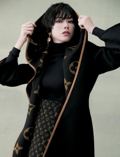 Sleeve, Standing, Costume, Black hair, Glove, Sword, Gesture, Photo shoot, Makeover, Mantle,