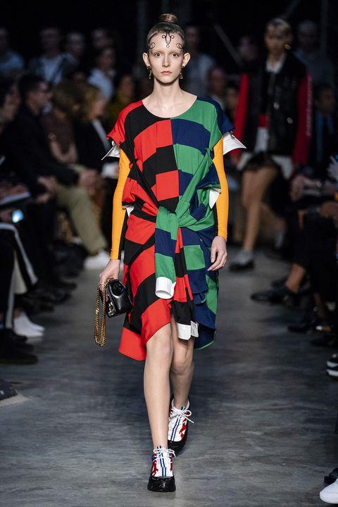 Fashion model, Fashion show, Runway, Fashion, Clothing, Fashion design, Footwear, Shoulder, Event, Dress,
