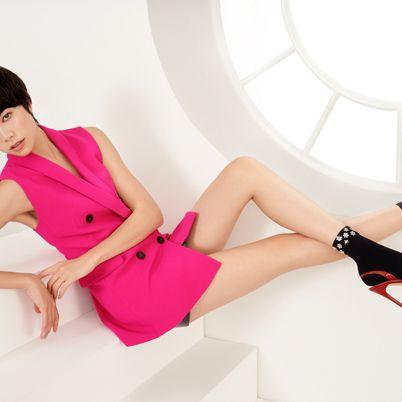 Leg, Pink, Footwear, Sitting, Human leg, Beauty, Thigh, High heels, Fashion, Knee,