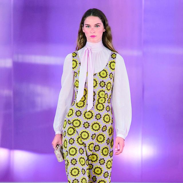 Fashion show, Fashion model, Fashion, Runway, Clothing, Yellow, Fashion design, Purple, Public event, Haute couture,