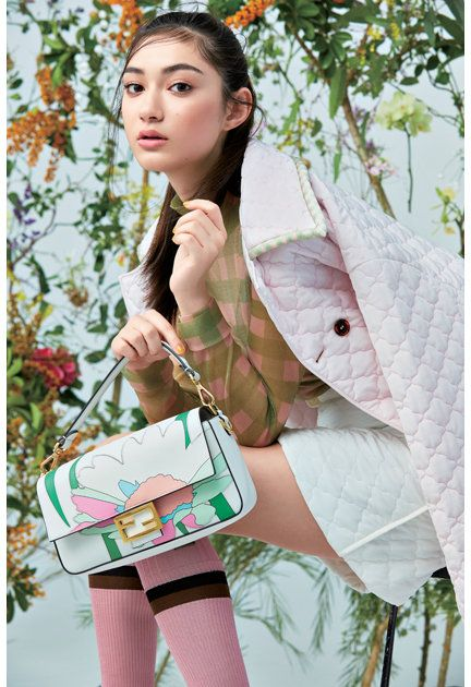 Shoulder, Beauty, Joint, Fashion accessory, Japanese idol, Satchel, Plant, Bag, Model, Gravure idol,