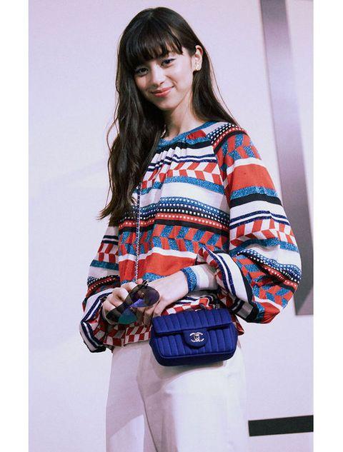 Sleeve, Shoulder, Textile, Bag, Style, Elbow, Street fashion, Fashion, Electric blue, Beige,